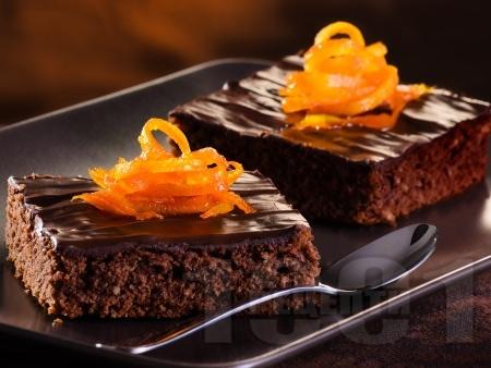 Много шоколадов кекс (сладкиш) с ром, глазура и портокалови кори (с кисело и прясно мляко и бакпулвер) - снимка на рецептата